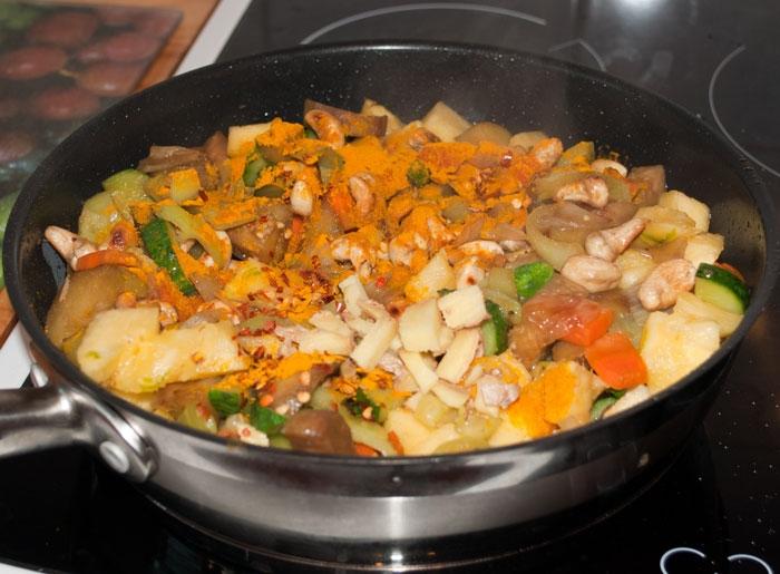 Чили, куркума, молотый имбирь, уксус, сахар на сковороде