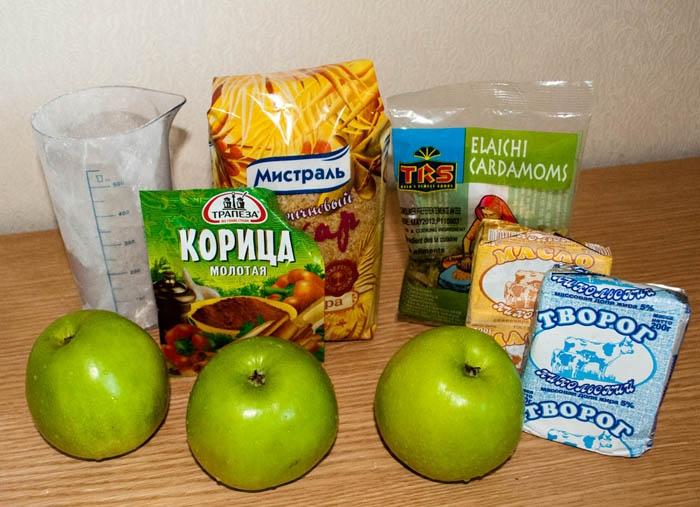 Яблоки, мука, творг, сахар, кардамон, корица, сливочное масло