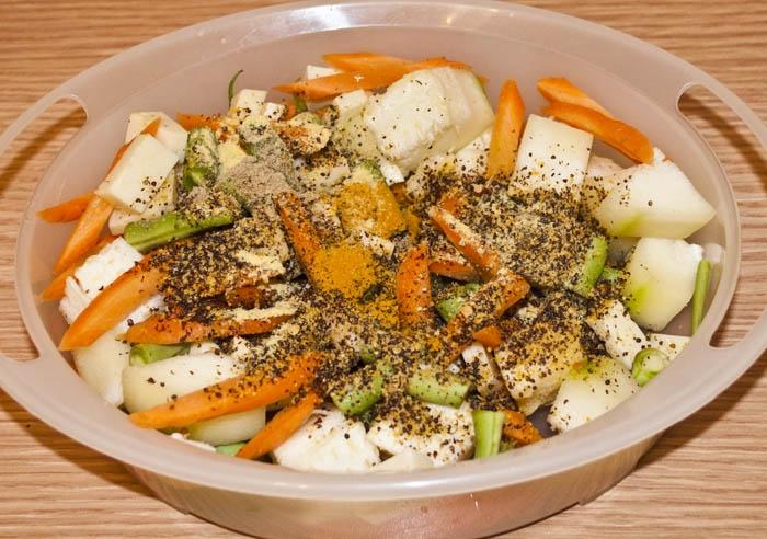 Перемешиваем овощи и добавляем специи.