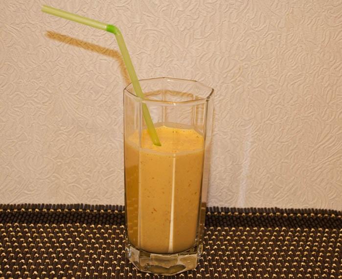 Сливочный коктейль с облепихой и сахаром.