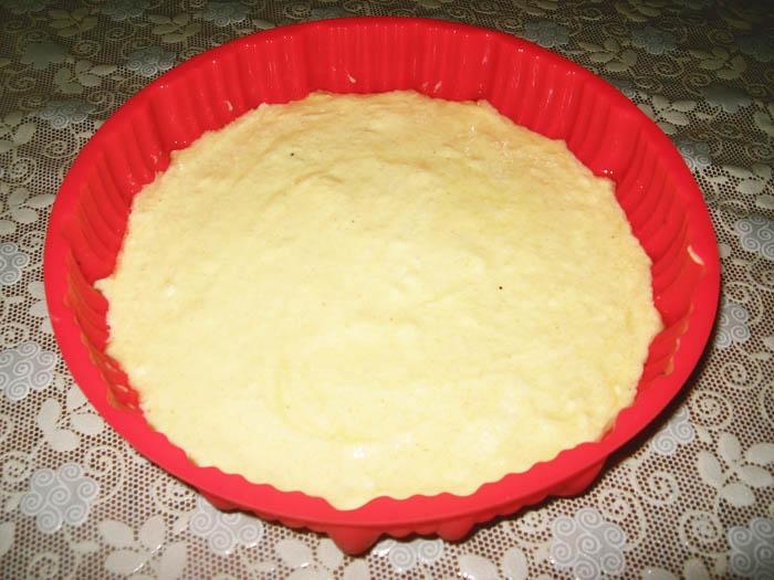 переливаем тесто в форму для запекания