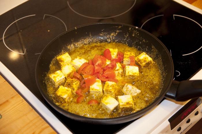 Обжариваем  брынзу и томаты